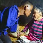 Mengharukan! Meski Tak Punya Tangan, Pria Ini Tetap Rawat Ibunya Yang Sakit