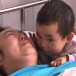 Mengharukan, Tanpa Sanak Saudara Bocah 3 Tahun Ini Tabah Merawat Ibunya Seorang Diri