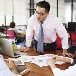 5 Cara Cerdas Menghadapi Atasan yang Pilih Kasih dan Tidak Adil di Kantor